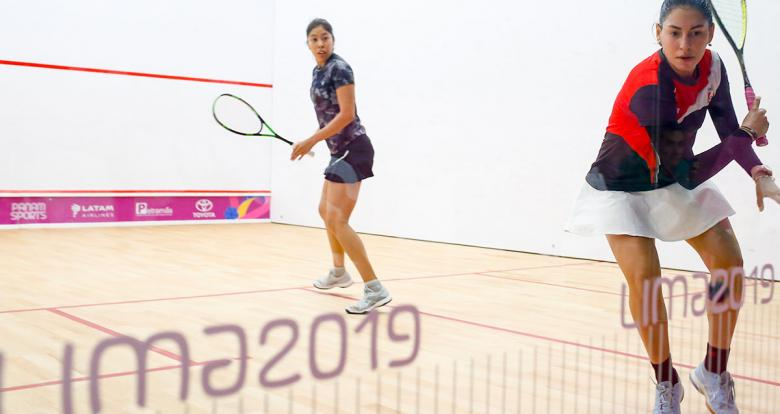 Peruvian Ximena Rodriguez and Mexican Diana García face each other in squash competition