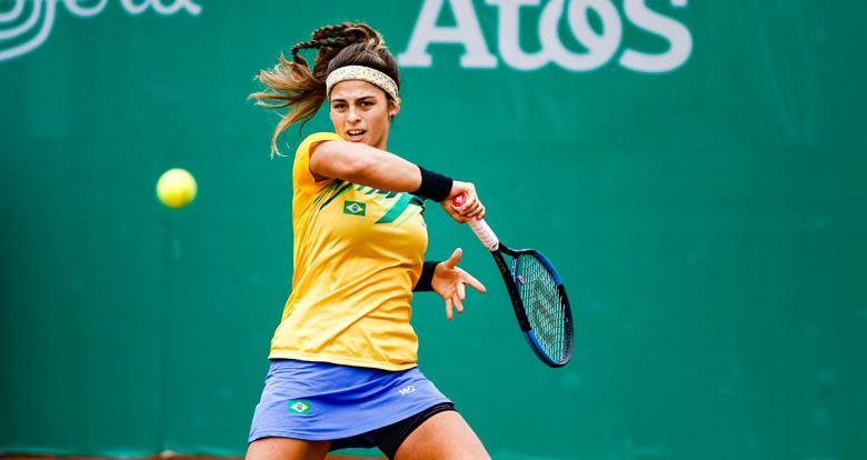 Carolina Alves from Brazil counterattacking the ball of the Veronica Cepede from Paraguay at the Lawn Tennis Club