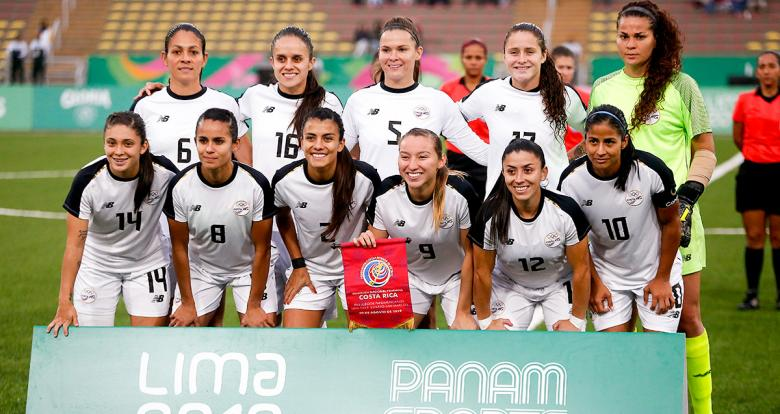 Costa Rica women's football team posing for a picture before the Lima 2019 match against Paraguay for the bronze medal at San Marcos Stadium