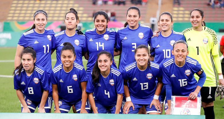 Paraguay women's football team posing for a picture before the Lima 2019 match against Costa Rica Paraguay for the bronze medal at San Marcos Stadium
