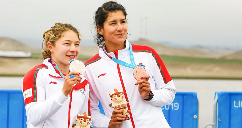 Mexican Karina Alanís and Beatriz Briones showing their bronze medals to the public at Albufera de Medio Mundo venue at Lima 2019
