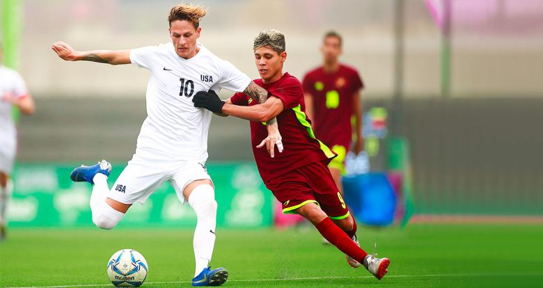 American Nicholas Mayhugh fights for the bronze in football 7-a-side against Venezuelan Stewart Ortiz at the Villa María del Triunfo Sports Center during Lima 2019.