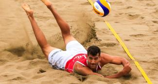 Marco Grimalt and an amazing save - Beach volleyball