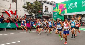 Athletes start men's marathon