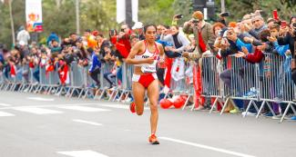 Gladys Tejeda runs a long circuit in women's marathon