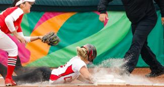 Canadian Holly Speers faces off Amanda Sanchez from Mexico in the Lima 2019 women's softball preliminary round held at the Villa María del Triunfo Sports Center