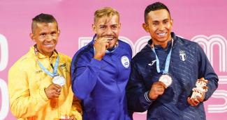 The Colombian Carlos Giraldo, the Salvadorian Yuri Rodriguez and the Guatemalan Jonathan Martínez proudly showing their medals